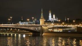 莫斯科,俄罗斯, 2017年2月23日 克里姆林宫、Bolshoy Moskvoretsky桥梁和堤防在晚上 影视素材