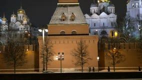 莫斯科,俄罗斯, 2017年2月23日 克里姆林宫和堤防在晚上 古老大教堂和金黄 股票视频