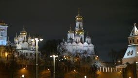 莫斯科,俄罗斯, 2017年2月23日 克里姆林宫和堤防在晚上 古老大教堂和金黄 股票录像