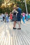 莫斯科,俄罗斯, 25 06 2016年:VDNKh的舞蹈学校 在新人的白人妇女的背景愉快的查出的人 库存照片