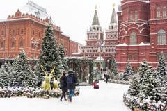 莫斯科,俄罗斯, Manezhnaya广场 蓝色分行休息日霜谎言天空雪结构树冬天 免版税库存图片