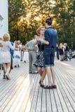 莫斯科,俄罗斯, VDNKh的舞蹈学校 在新人的白人妇女的背景愉快的查出的人 库存照片