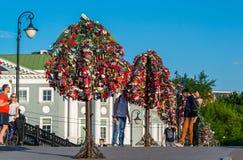 莫斯科,俄罗斯- 21 09 2015年 与恋人锁的树树的在Tretyakovsky桥梁 库存图片