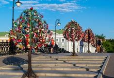 莫斯科,俄罗斯- 21 09 2015年 与恋人锁的树树的在Tretyakovsky桥梁 图库摄影