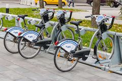 莫斯科,俄罗斯-双十国庆, 2017年:在自行车停车处的出租自行车 生态都市交通 库存图片