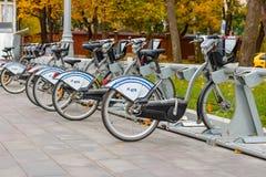 莫斯科,俄罗斯-双十国庆, 2017年:在自行车停车处的出租自行车 生态都市交通 免版税图库摄影