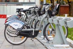 莫斯科,俄罗斯-双十国庆, 2017年:在自行车停车处的出租自行车 生态都市交通 库存照片