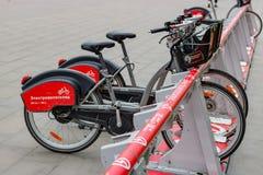 莫斯科,俄罗斯-双十国庆, 2017年:在自行车停车处的电自行车 生态都市交通 库存照片