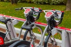莫斯科,俄罗斯-双十国庆, 2017年:在自行车停车处的电自行车 生态都市交通 免版税图库摄影
