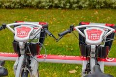 莫斯科,俄罗斯-双十国庆, 2017年:在自行车停车处的电自行车 生态都市交通 免版税库存照片