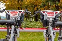 莫斯科,俄罗斯-双十国庆, 2017年:在自行车停车处的电自行车 生态都市交通 库存图片