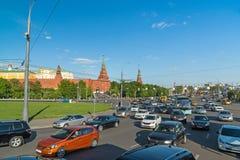 莫斯科,俄罗斯-可以14 2016年 在Borovitskaya广场的交通在克里姆林宫附近 免版税库存照片