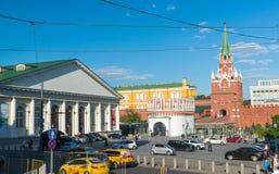 莫斯科,俄罗斯-可以14 2016年 Manege的看法和从青苔街道的克里姆林宫 库存照片