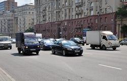莫斯科,俄罗斯- 15 06 2015年 在庭院圆环的交通 Sadovoe koltso -圆大街在中央莫斯科 免版税图库摄影
