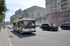 莫斯科,俄罗斯- 15 06 2015年 在庭院圆环的交通 Sadovoe koltso -圆大街在中央莫斯科 图库摄影