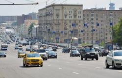 莫斯科,俄罗斯- 15 06 2015年 在庭院圆环的交通 Sadovoe koltso -圆大街在中央莫斯科 免版税库存照片