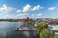 莫斯科,俄罗斯-在游艇俱乐部的码头的游船支持议院 库存照片