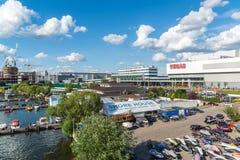 莫斯科,俄罗斯-在游艇俱乐部的码头的游船支持议院 免版税库存图片