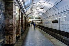 莫斯科,俄罗斯26在Belorussky火车站附近可以2019年Belorusskaya地铁车站 平台等待的人们 库存图片