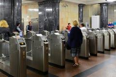 莫斯科,俄罗斯-03 06 2016年 在Kurskaya地铁车站的旋转门 莫斯科地铁每天搭载7百万位乘客 免版税库存照片