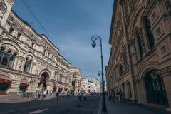 莫斯科,俄罗斯-大约2018年9月:有历史大厦的街道在莫斯科街市在红场和游人附近 库存图片