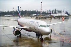 莫斯科,俄罗斯-大约2017年11月:苏航飞机在谢列梅捷沃国际机场 图库摄影