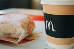 莫斯科,俄罗斯- 11 18 2018年:汉堡包菜单在麦克唐纳餐馆,咖啡,乳酪汉堡 快餐,垃圾食品概念 免版税库存图片