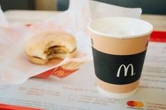 莫斯科,俄罗斯- 11 18 2018年:汉堡包菜单在麦克唐纳餐馆,咖啡,乳酪汉堡 快餐,垃圾食品概念 免版税图库摄影