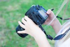 莫斯科,俄罗斯- 07 17 2018年:特写镜头拿着照相机的妇女的手户外 库存照片