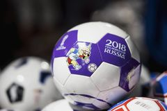 莫斯科,俄罗斯- 2018年6月, 14日:与世界杯国际足球联合会2018年,国际足球联合会的商标的足球扇动在mundial的官员的费斯特 图库摄影