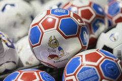 莫斯科,俄罗斯- 2018年6月, 14日:与世界杯国际足球联合会2018年,国际足球联合会的商标的足球扇动在mundial的官员的费斯特 库存照片