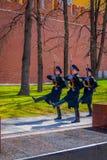 莫斯科,俄罗斯2018年4月, 24日:仪仗队变化行军在无名英雄墓的在防御者` s天上 库存照片
