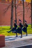 莫斯科,俄罗斯2018年4月, 24日:仪仗队变化行军在无名英雄墓的在防御者` s天上 库存图片