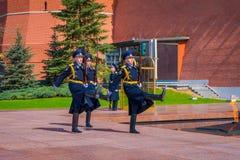莫斯科,俄罗斯2018年4月, 24日:俄罗斯的总统护卫队的每小时变动无名战士坟茔的和 库存照片