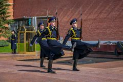 莫斯科,俄罗斯2018年4月, 24日:俄罗斯的总统护卫队的每小时变动无名战士坟茔的和 图库摄影