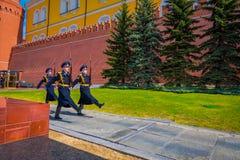 莫斯科,俄罗斯2018年4月, 24日:俄罗斯的总统护卫队的每小时变动无名战士坟茔的和 免版税库存照片
