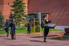 莫斯科,俄罗斯2018年4月, 24日:克里姆林宫军团的战士在未知数的坟茔附近改变卫兵 图库摄影
