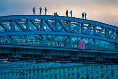 莫斯科,俄罗斯2018年4月, 24日:在Andreevsky桥梁步行者的,莫斯科河堤防的未认出的人 免版税库存图片
