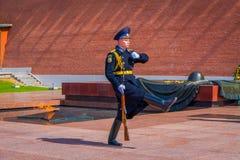莫斯科,俄罗斯2018年4月, 24日:室外看法唯一战士前进克里姆林宫军团改变卫兵 免版税库存照片