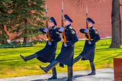 莫斯科,俄罗斯2018年4月, 24日:室外观点的仪仗队变动行军在无名英雄墓的  库存照片