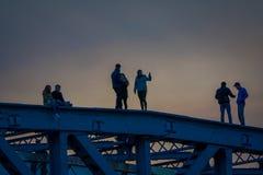 莫斯科,俄罗斯2018年4月, 24日:拍照片和走在Andreevsky桥梁,莫斯科河的少年 免版税库存照片