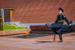 莫斯科,俄罗斯2018年4月, 24日:改变卫兵的唯一战士前进克里姆林宫军团在坟茔附近 库存照片