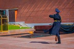 莫斯科,俄罗斯2018年4月, 24日:改变卫兵的唯一战士前进克里姆林宫军团在坟茔附近 免版税图库摄影