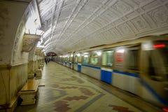 莫斯科,俄罗斯2018年4月, 29日:火车被弄脏的看法在Belorusskaya地铁站的在莫斯科,俄罗斯 驻地是 免版税库存照片