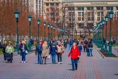 莫斯科,俄罗斯2018年4月, 24日:走在有绿色公开灯的街道的室外观点的未认出的人民在 免版税库存图片