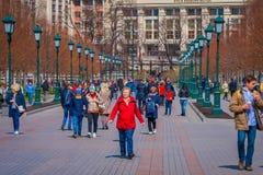 莫斯科,俄罗斯2018年4月, 24日:走在有绿色公开灯的街道的室外观点的未认出的人民在 免版税库存照片