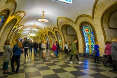 莫斯科,俄罗斯2018年4月, 29日:走在Novoslobodskaya地铁站里面的被弄脏的人民在1952年打开了寸 库存图片