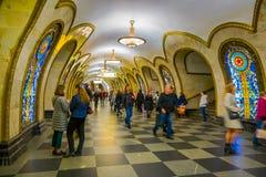 莫斯科,俄罗斯2018年4月, 29日:走在Novoslobodskaya地铁站里面的被弄脏的人民在1952年打开了寸 免版税库存图片