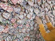莫斯科,俄罗斯- 2018年7月, 10日:国际足球联合会扇动费斯特莫斯科,贴纸墙壁,女孩的手,感觉,爱,体育,展望 免版税图库摄影