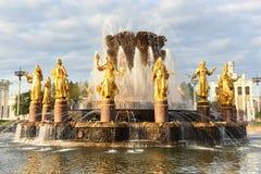 莫斯科,俄罗斯- 2017年8月:人友谊喷泉经济成就的陈列的在莫斯科 VDNH 多云 库存照片